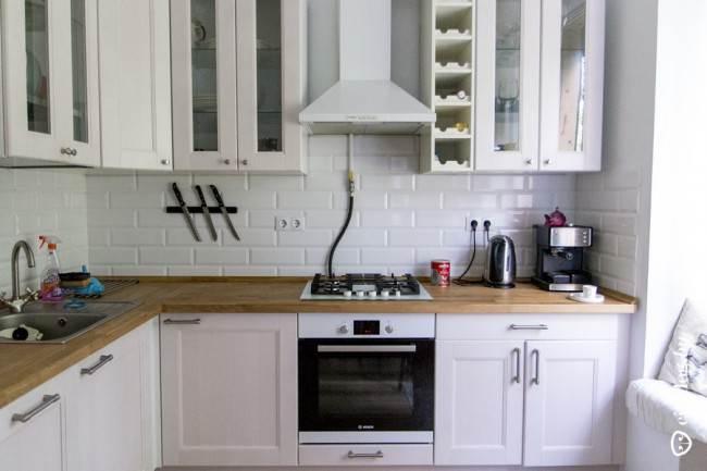 Угловая кухня с белой плиткой кабанчик