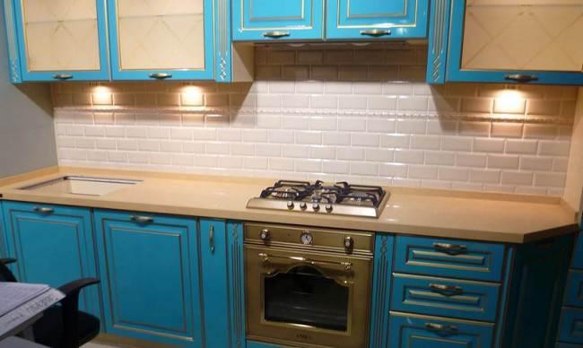 Белая плитка кабанчик на яркой кухне