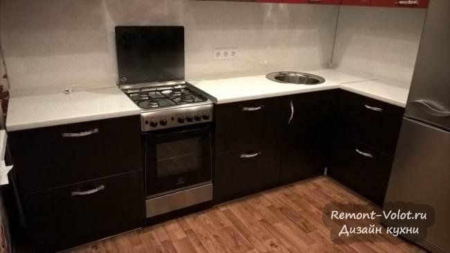Красно-черная угловая кухня с белой столешнией в Ногинске