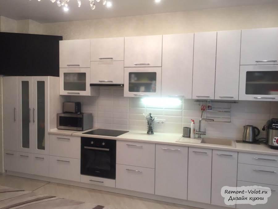 Дизайн большой белой кухни-гостиной со столешницей Cleaf