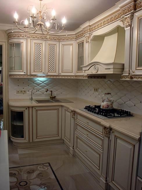 Классическая угловая кухня с мойкой в углу