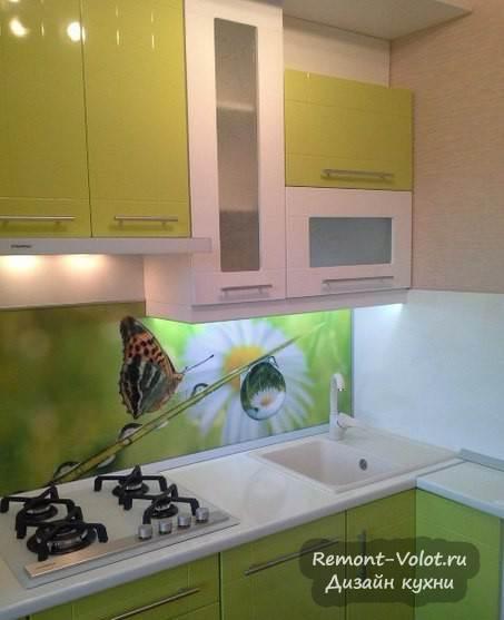 Бело-зеленая кухня с прямоугольной мойкой в угловой части