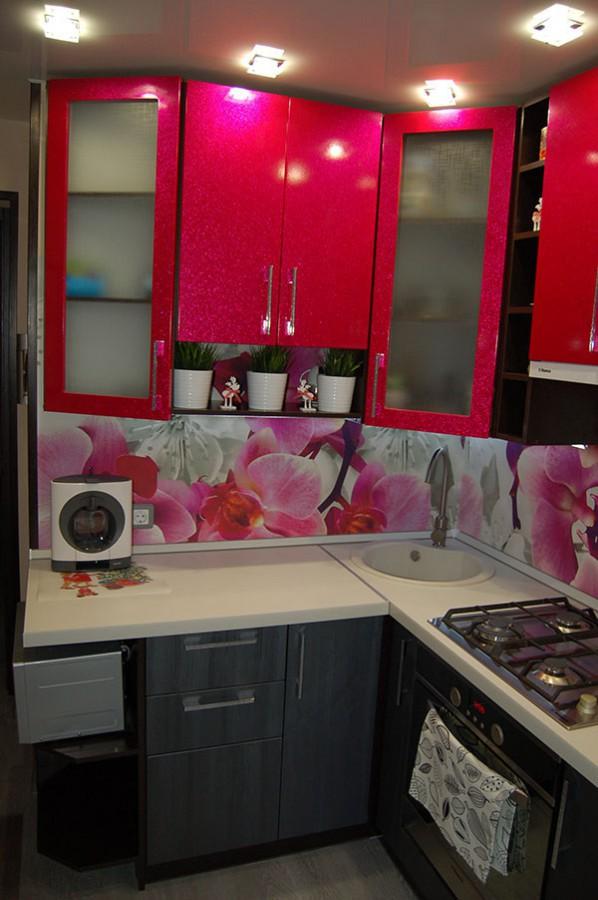 Ярко-розовые фасады на миниатюрной кухне