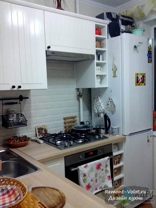 Белая кухня-кантри с мойкой в углу