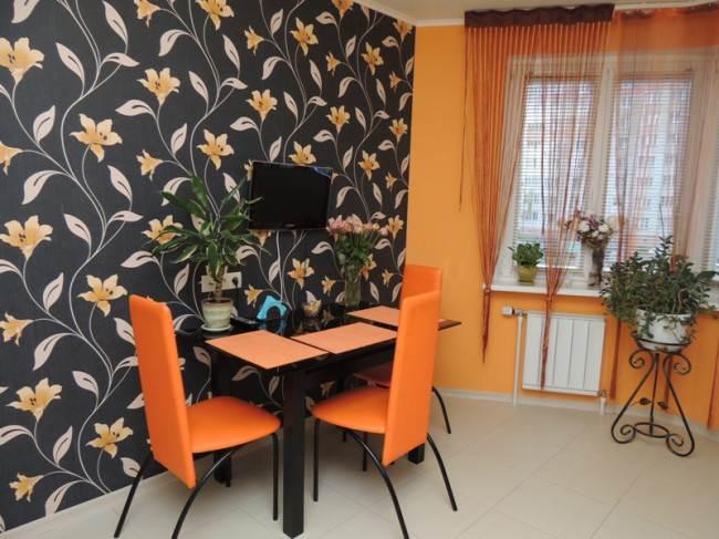 Оранжевые стулья в интерьере кухни