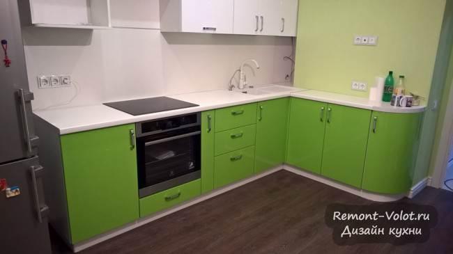 Бело-зеленая угловая кухня 10 кв.м с белой столешницей, мойкой и смесителем. Фото от производителя в Ногинске