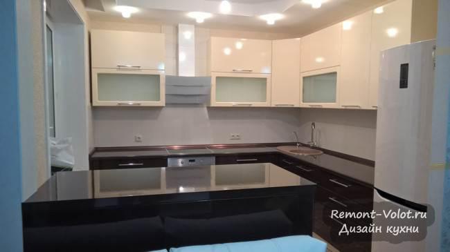 Бежево-коричневая кухня-гостиная с выходом на балкон и барной стойкой. Ногинск