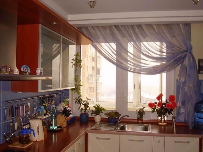 Современная кухня с короткими шторами