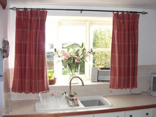 Яркие короткие шторы на кухне