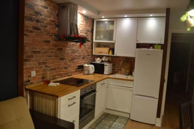 Угловая кухня в стиле лофт с подсветкой
