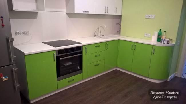 Ярко-зеленые фасады на нижнем ярусе кухни