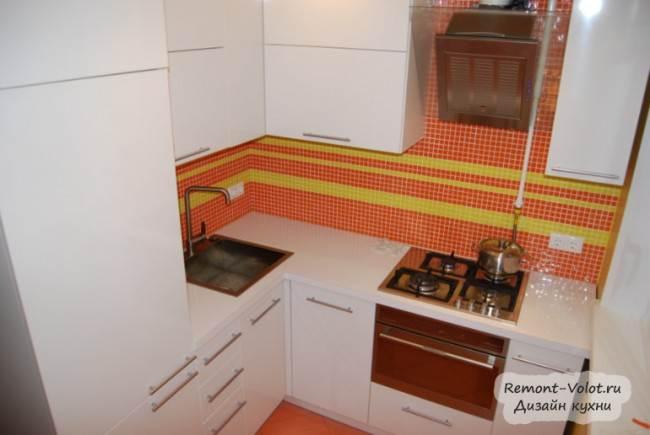 Металлическая мойка в угловой части кухни