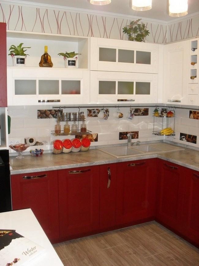 Бело-красная кухня с угловой мойкой
