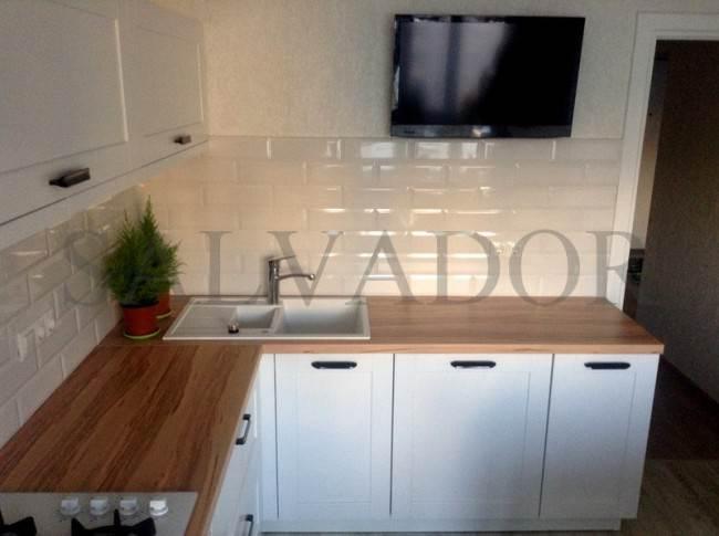 Белая плитка Кабанчик на угловой кухне