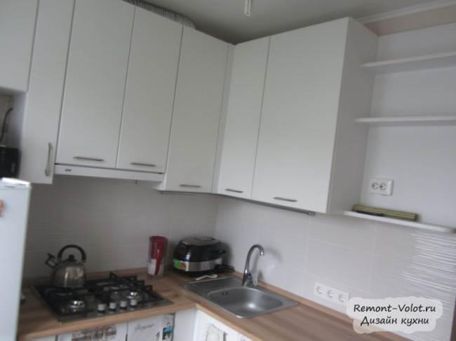 Белая кухня Г-образной формы
