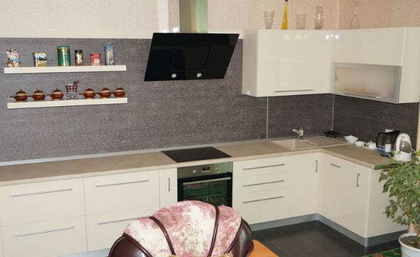 Современная белая кухня с черной вытяжкой и варочной панелью