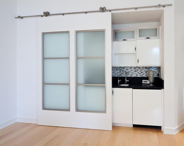 Современный дизайн раздвижной двери со стеклом