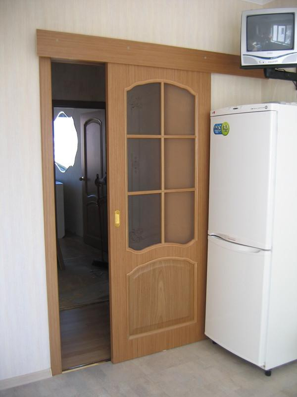 Классическая дверь на кухню со стеклом
