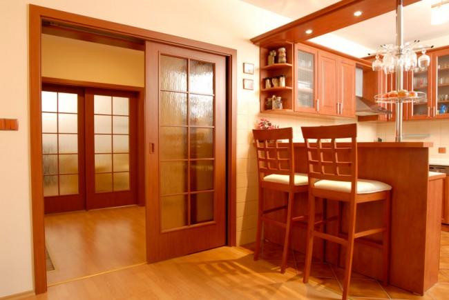 Дверь со стеклом между кухней и коридором