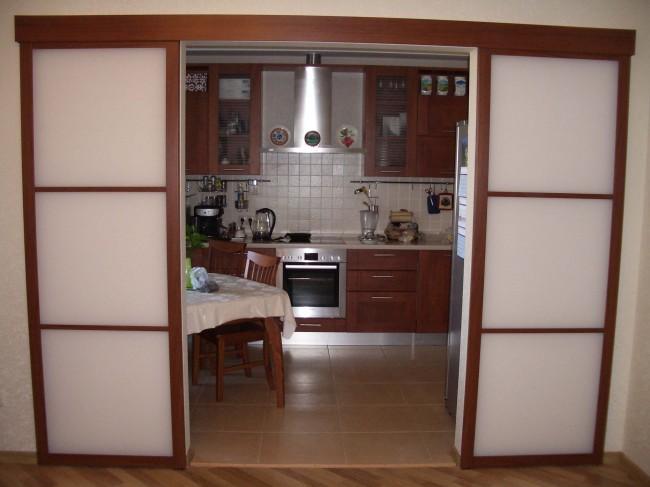 Двери раздвижные между кухней и гостиной