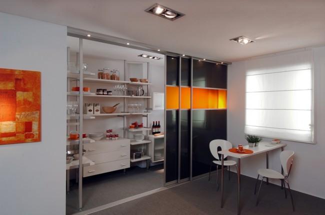 Раздвижные двери из лакобеля на кухне-столовой