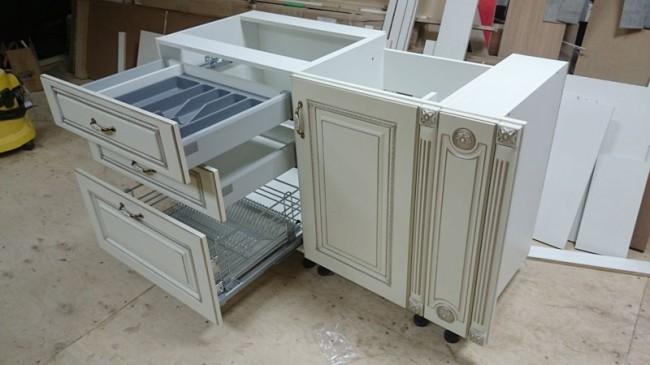 Кухня цвета слоновой кости в классическом стиле без верхних шкафов