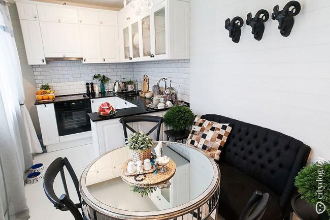 Черно-белая П-образная кухня с диваном.  Частный дом