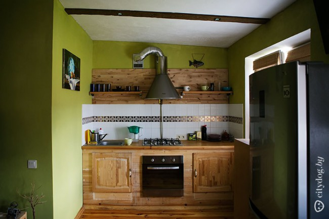Деревянная кухня 7 кв.м с гостиной в арендной квартире