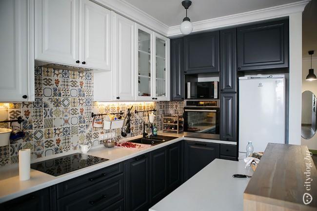 Дизайн черно-белой кухня со шкафами до потолка. Прованс