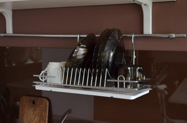 Простая кухня без шкафов в арендной квартире студии