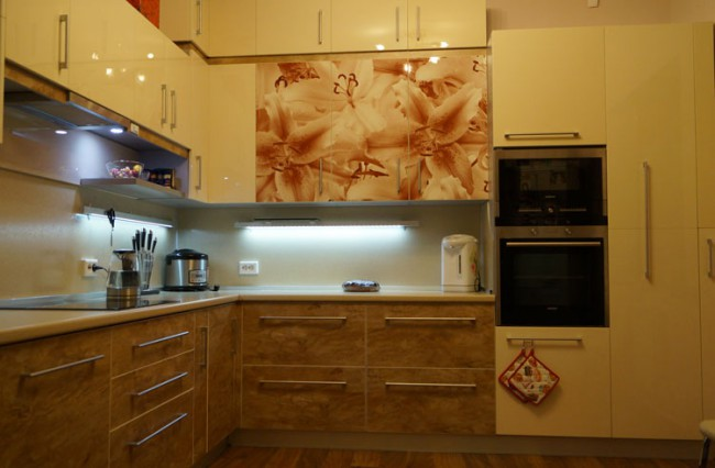 Глянцевая кухня со встроенной техникой и цветами на фасадах