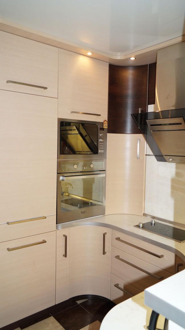 П-образная бежевая кухня 10 кв. с барной стойкой и белым диваном