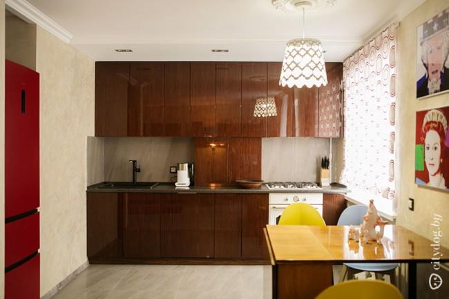 Кухня-гостиная с лаковыми фасадами в стиле ретро - прямиком из СССР