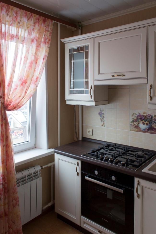 Дизайн кухни в классическом стиле темная