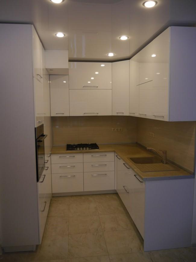 Кухня выполнена в двух цветах