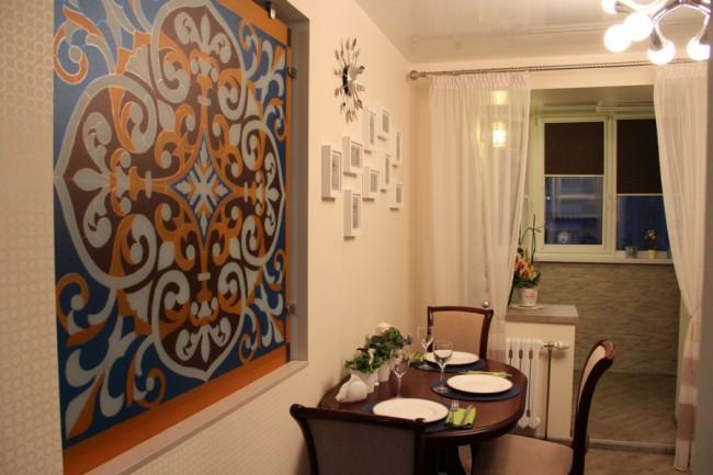 Дизайн кухни 12,3 кв. м с витражом и необычной люстрой-молекулой