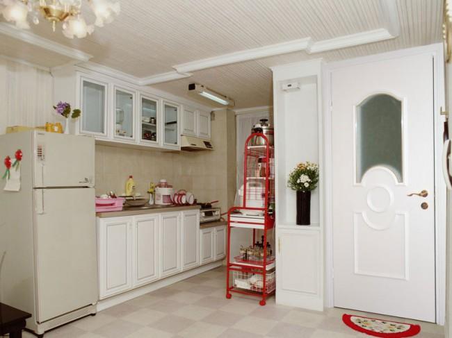 Вход из кухни в ванную комнату