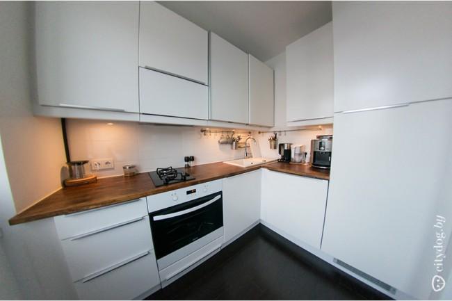 28 примеров, как смотрятся белые кухни с деревянной столешницей