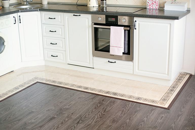 Комбинированный пол на кухне: ламинат и плитка (10 фото в интерьере)