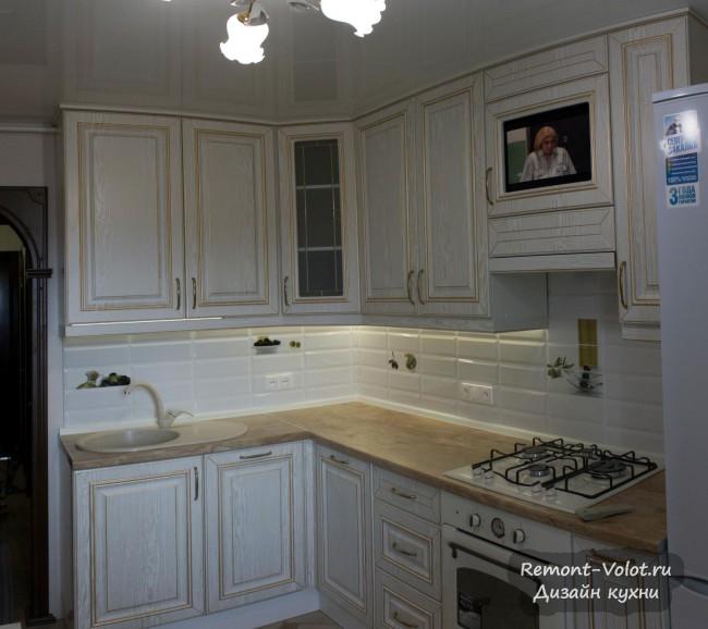 Дизайн кухни 12 кв.м. в классическом стиле со встроенными посудомойкой и ТВ