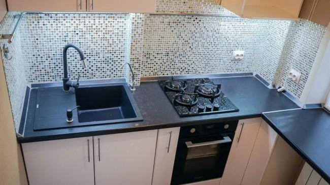 Дизайн маленькой кухни 7 кв.м с мозаичным фартуком и черной столешницей-подоконником