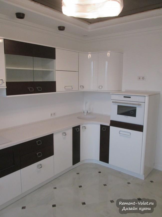 Белая  с черными вставками кухня 12 кв.м с радиусными фасадами в Москве. Отчет производителя