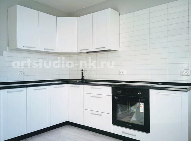 Дизайн белой кухни 12 кв.м с глянцевой черной столешницей и мойкой