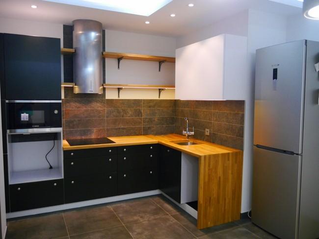 Дизайн современной черной кухни 9 кв.м, совмещенной с гостиной