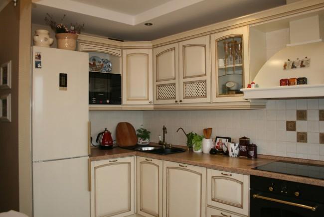 Бежевая угловая классическая кухня 12 кв.м с выходом на балкон