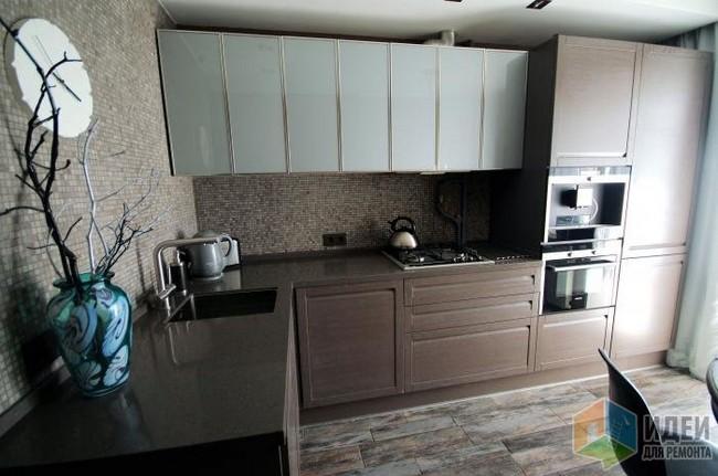 Стильный дизайн кухни 10 кв.м в темных тонах с фартуком-мозаикой