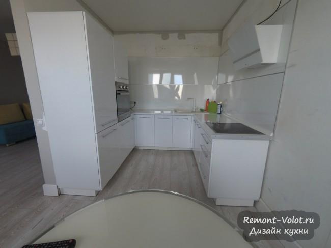 Дизайн белой глянцевой П-образной кухни 10 кв.м в Чите