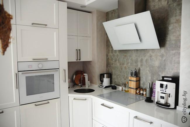 Дизайн белой кухни 8 кв. м, совмещенной с гостиной, в стиле прованс