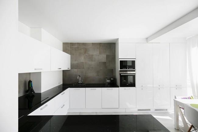 П-образная кухня в скандинавском стиле с французским окном