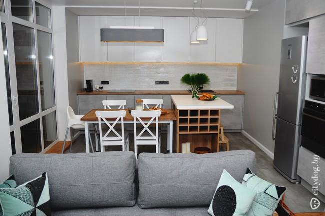 Современная кухня-гостиная 20 кв.м с барной стойкой и столом